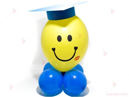 Весело човече от балони със синя шапка за дипломиране